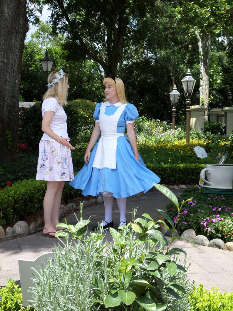Disney World Epcot, Alice in Wonderland in England