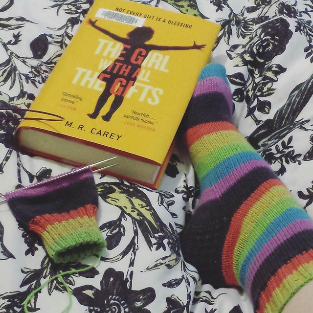 rainy afternoon plans ☔ making good progress on my #oneweeksockchallenge socks, I'll most definitely finish before the week is up 😊 #knittersbookclub #knittersofinstagram #socktawk #teamgarterstitch #teamstockinette #booksandyarn
