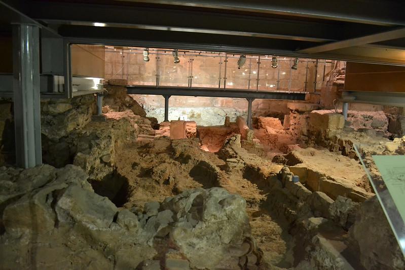 Todo el subsuelo de la glesia medieval es una gran necropolis