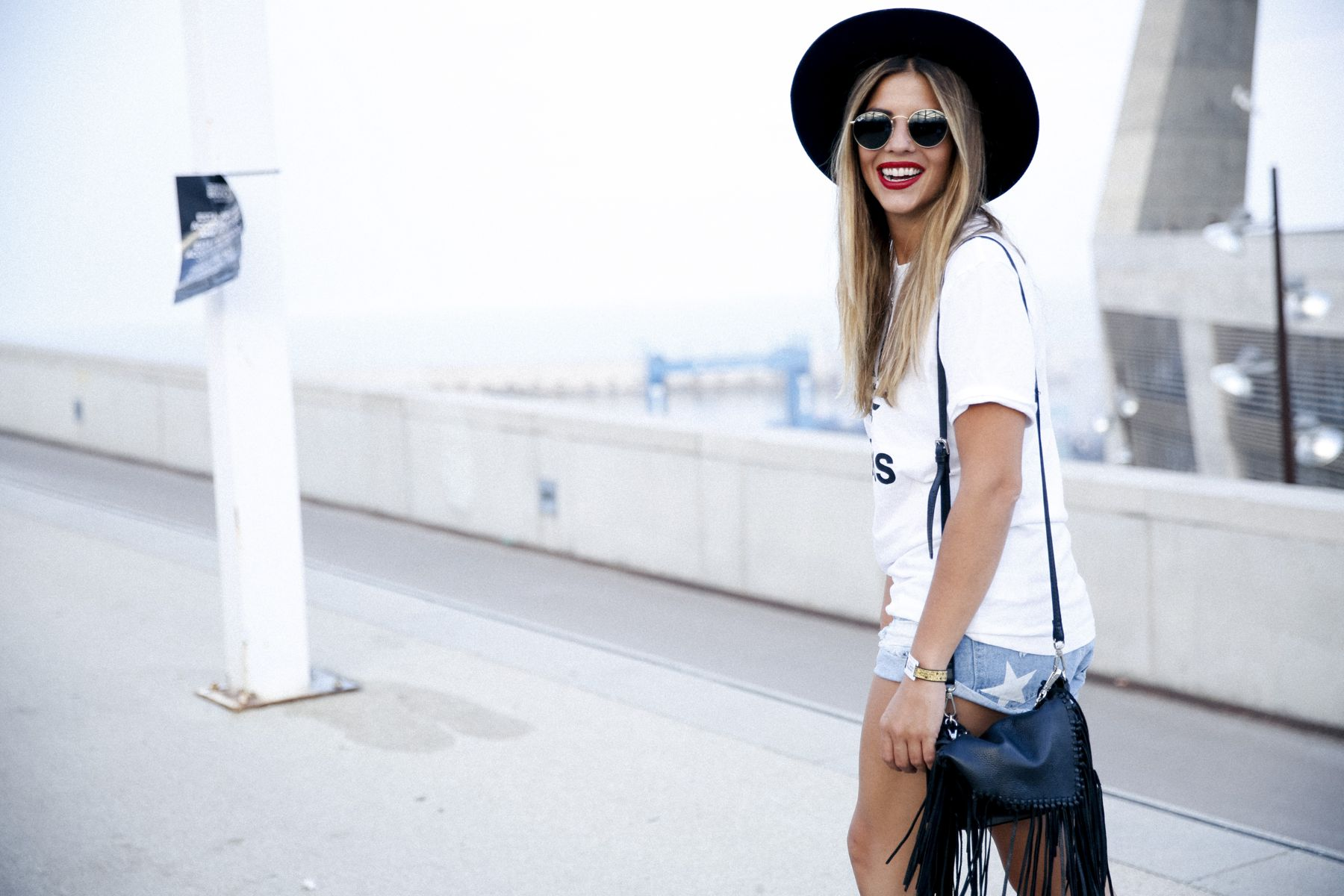 outfit look primavera spring street style trendy taste inspiration jeans shorts festival denim sombrero hat fringes leather boots ankle botines cuero flecos rayban chloe asos adidas primavera sound