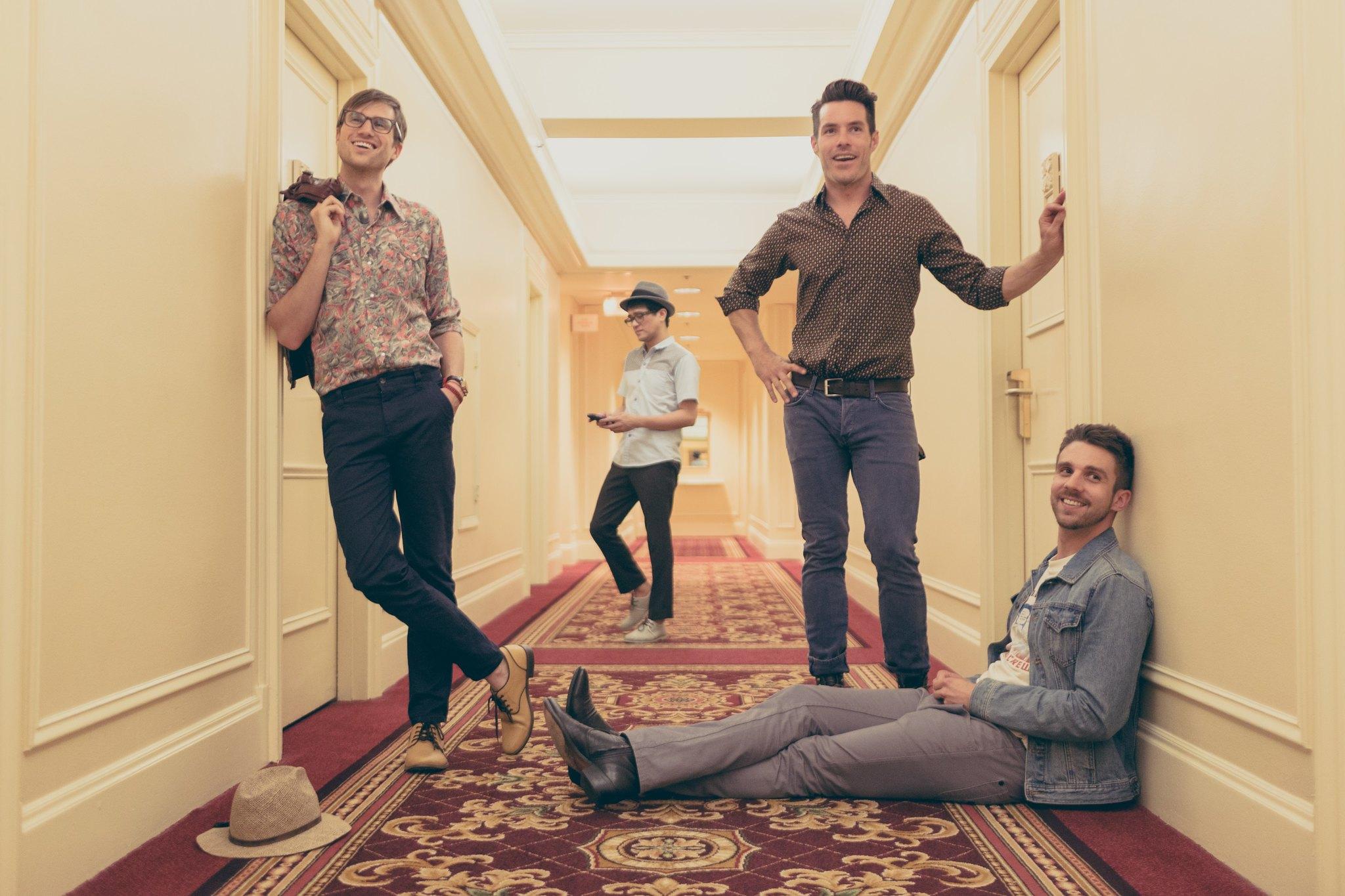 Descobertas Musicais de Junho: foto da banda Saint Motel em um corredor de hotel