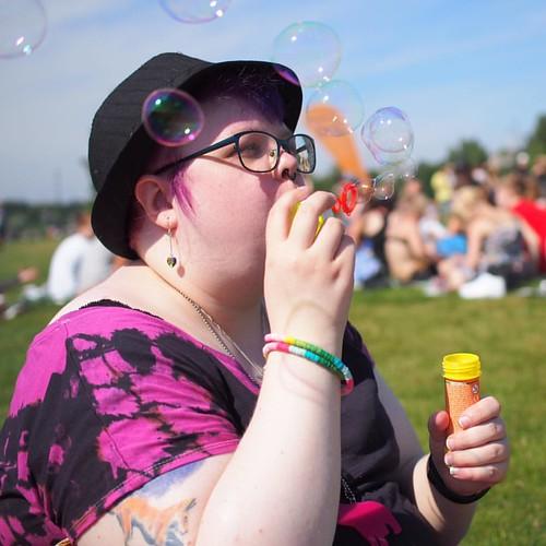 #pride #helsinkipride #bubbles #saippuakuplat #parhautta #paraskesä #colours #colourlove