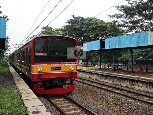 KRL Melintasi Stasiun Mampang