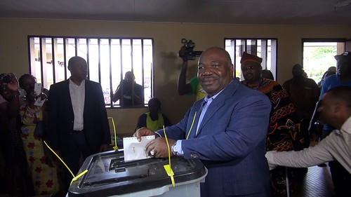 Ali BONGO Ondimba discutant avec une scutatrice au centre de vote de l%27école urbaine du Centre