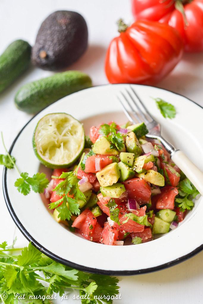 tomati-kurgi-avokaadosalat