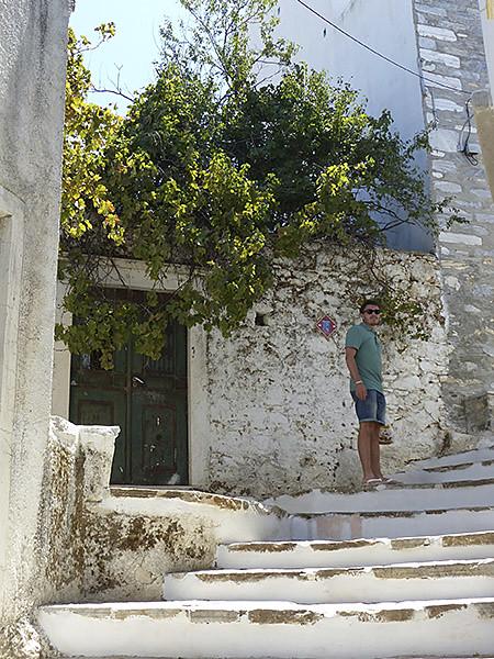 clem dans les escaliers de Filoti
