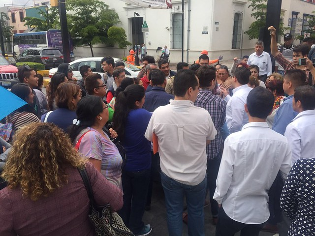 Comerciantes de Constitución se manifiestan ante el Palacio Municipal de Zapopan