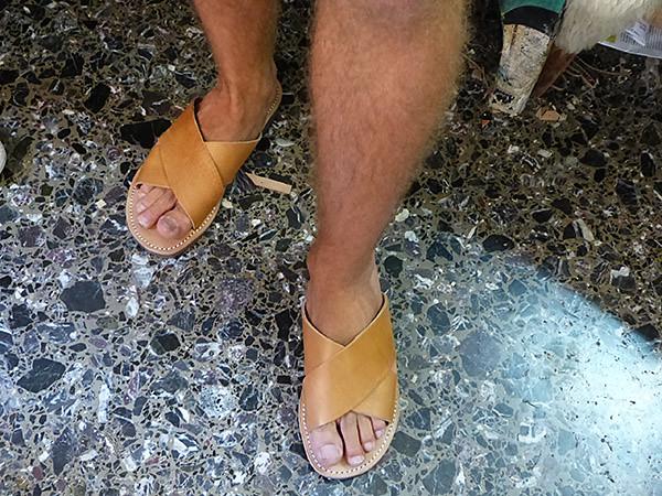 sandales aux pieds