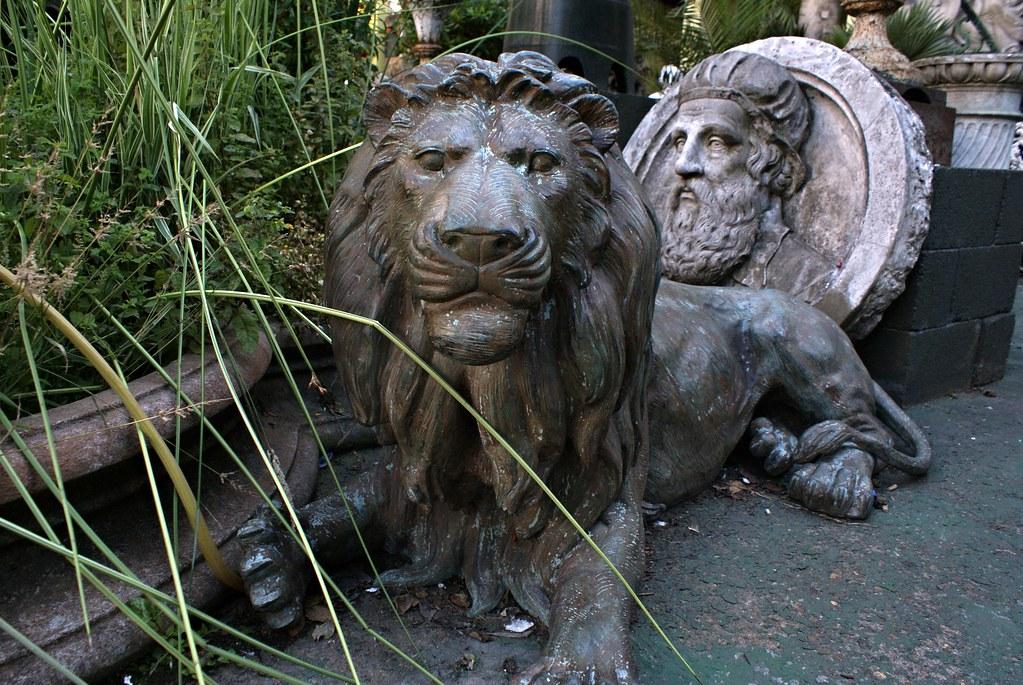 Statue de Lion au magasin d'antiquité Westland London à Londres.