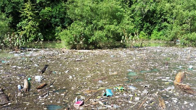 Lanzan alerta ecológica en presa de Necaxa por invasión de basura