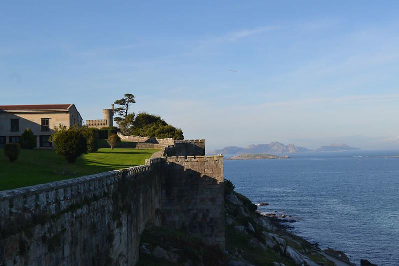 Las murallas pseudo-medievales y sus almenas y castillitos.