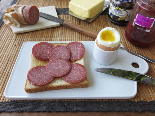Toast mit Sommermettwurst zum Frühstücksei