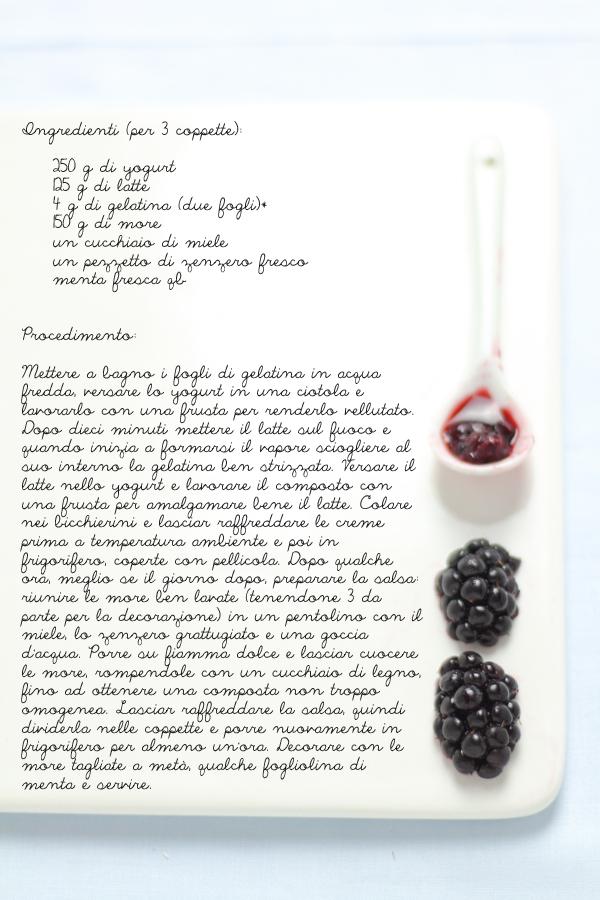 Dessert allo yogurt con salsa di more e zenzero