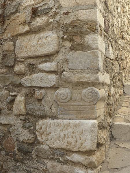 colonne et mur dans le kastro