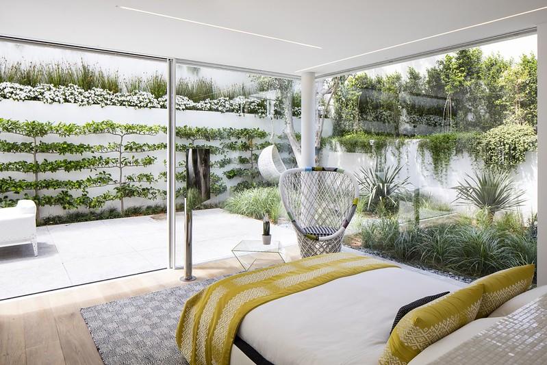Дизайн спальни за стеклянными стенами в J House