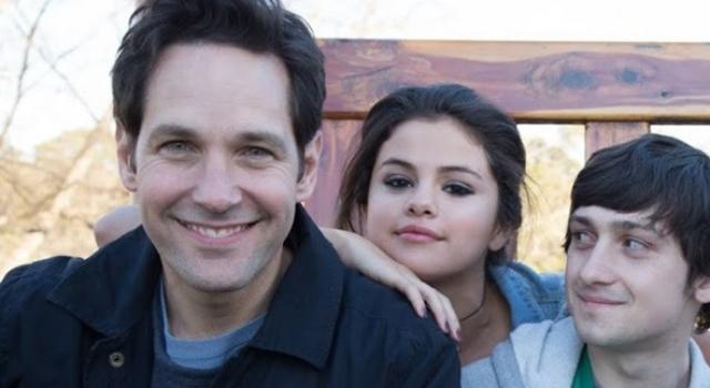 Close das caras de Paul Rudd, Selena Gomez e Craig Roberts com sorrisos de orelha à orelha