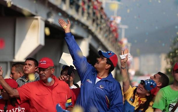"""El """"carnet patriótico"""" de Maduro es una cartilla de racionamiento"""