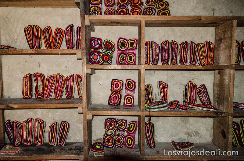 zapatillas típicas de Ladakh en una tienda de Leh