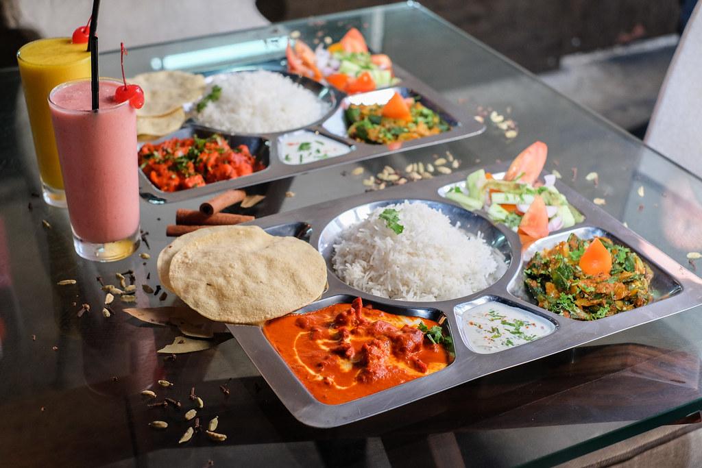 素食套餐,包括Palak Panvwin备用eer和Bindi Masala(左)@酒吧黑羊