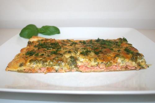 10 - Swedisch pizza with salmon & peas - Side view / Schwedenpizza mit Lachs & Erbsen - Seitenansicht