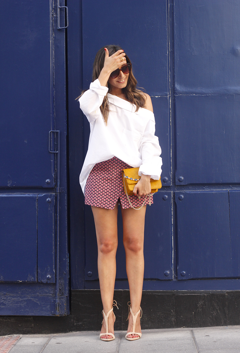 White shirt with printed shorts uterquë bag summer outfit style heels01