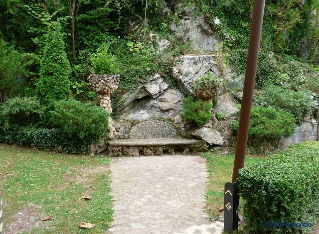 Jardins Artigas (La Pobla de Llillet) -06- La Cascada 03- Banco de Trencadis (12-10-2016