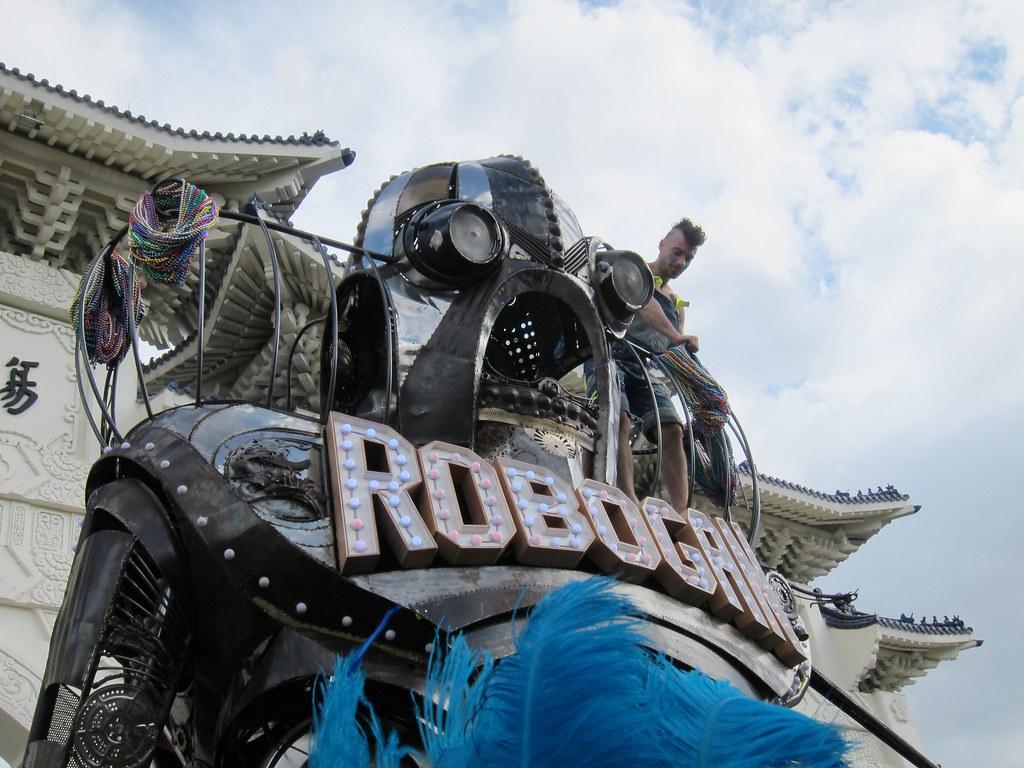 由法國藝術家設計的遊行主車Robo Gan