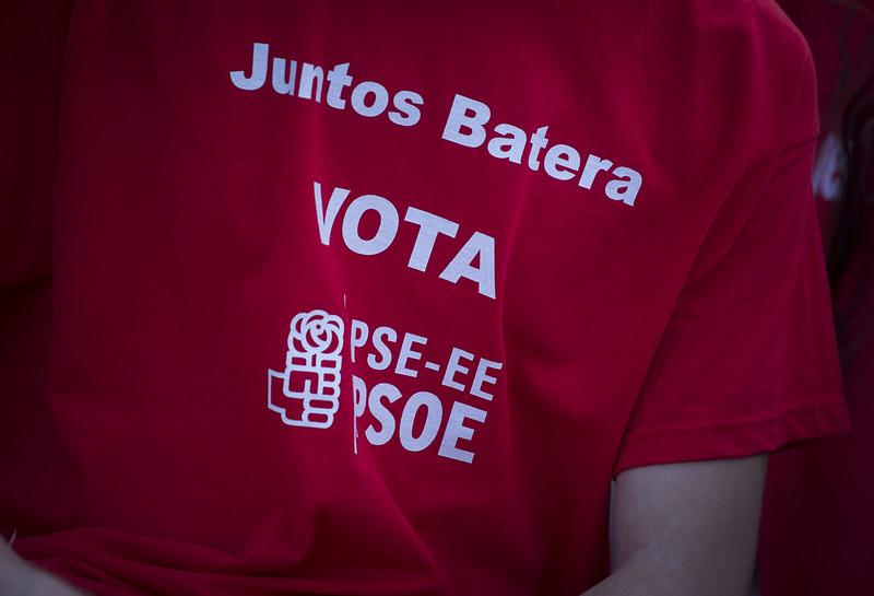 Idoia Mendia y Azahara Domínguez con las juventudes socialistas en Bilbao