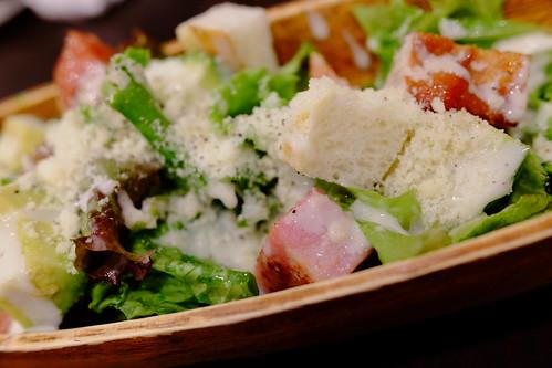 輪の贅沢アボカドベーコンシーザーサラダ