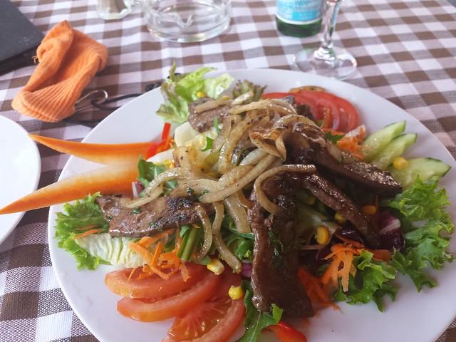 Salat mit gebratener Kalbsleber und Zwiebeln