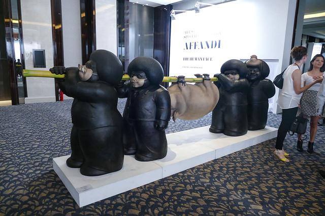 フェアが行われた入口には大きなアート作品が数多く展示されていました。セキュリティは目立った感じではいらっしゃらなったです。