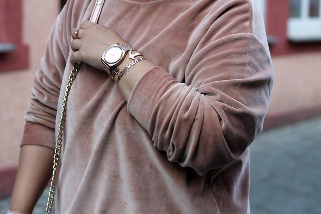 outfit-rosa-samt-pullover-trend-suede-sommer-look-style-rosegold-uhr-fashionblog-modeblog21