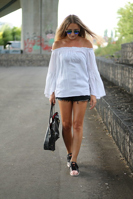 off-shoulder-and-sneakers-whole-look-walking-wmbg
