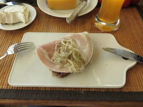 Zwiebelfleisch auf Vollkornbrot