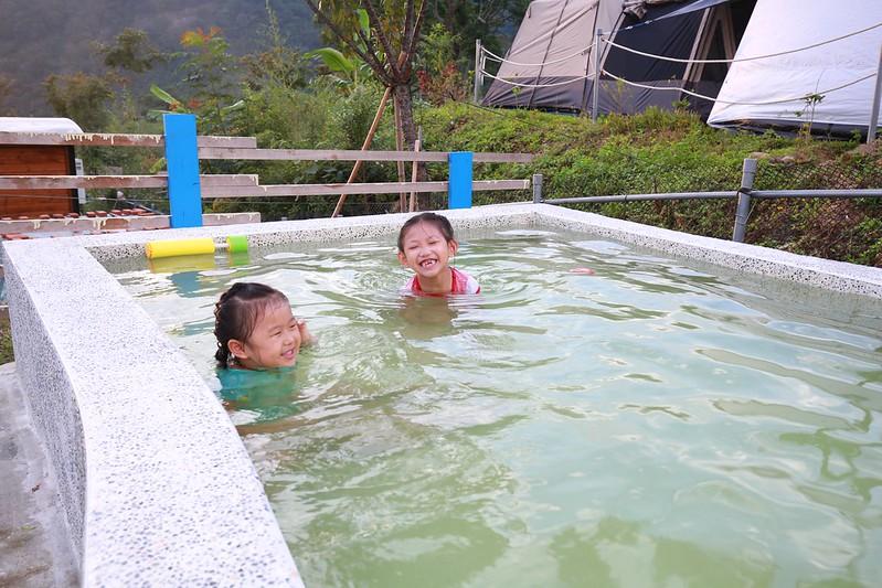 兩個小女生開始練游泳