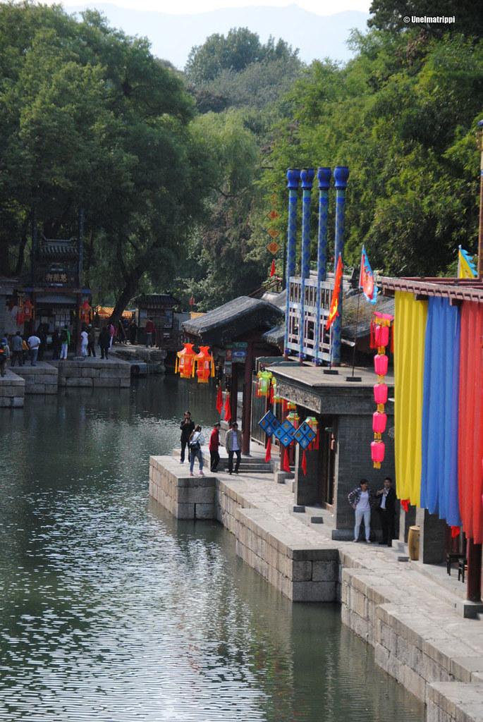 Kaunista joenvartta Kesäpalatsissa