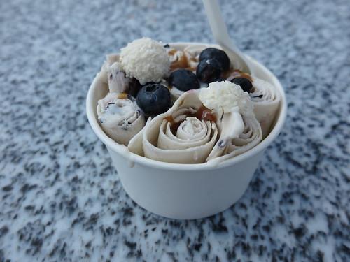 Cold Stone Eis auf Milchbasis mit Raffaelo, Blaubeeren und Haselnusssoße