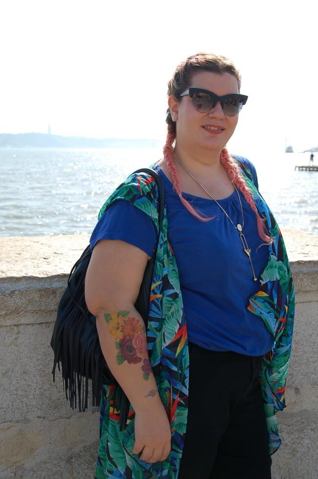 Outfit nero, blu e tropicale (7)