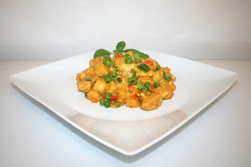 42 - Curry gnocchi with chicken - Side view / Curry-Gnocchi mit Hähnchen - Seitenansicht