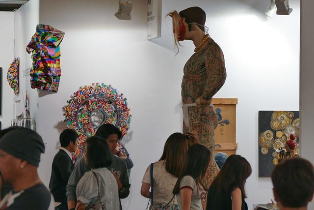 文化的背景を感じれる作品の注目度は高い。ギャラリー ときの忘れもの(東京)の展示ブース)。
