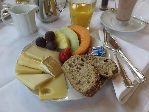 Käse und Obst (vom Frühstücksbuffet im Hotel Schatzmann, Triesen, Liechtenstein)