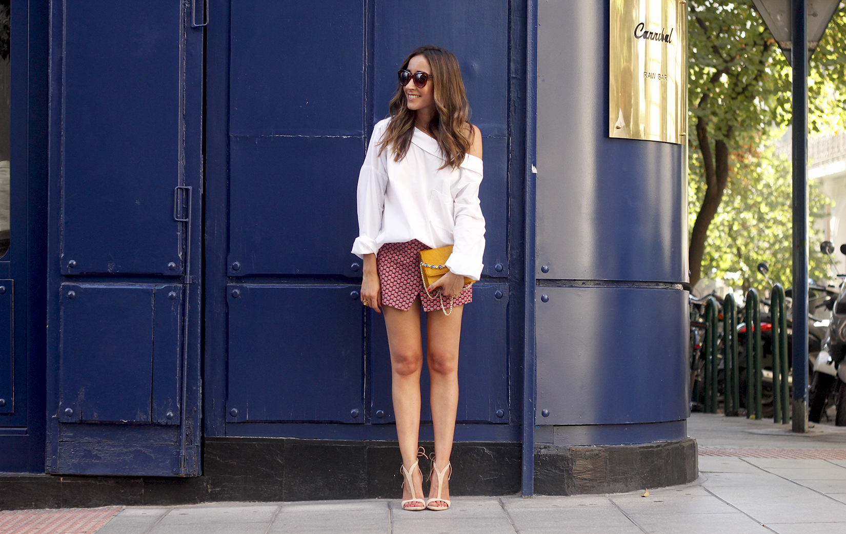 White shirt with printed shorts uterquë bag summer outfit style heels05