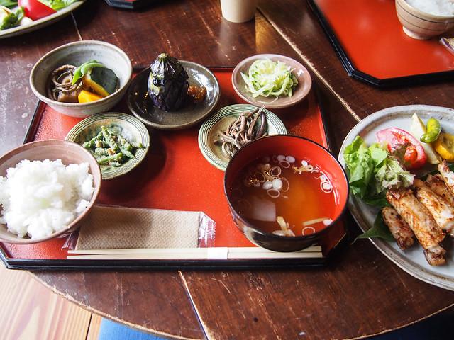 この地域で採れた山菜や野菜をふんだんに使った定食。かまどで炊いたご飯は格別です