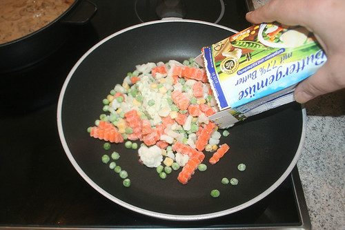 35 - Gefrorenes Gemüse in Pfanne geben / Put frozen vegetables in pan