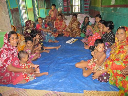 Women ring farmers in Bangladesh. Photo by Mélody Braun, 2012.