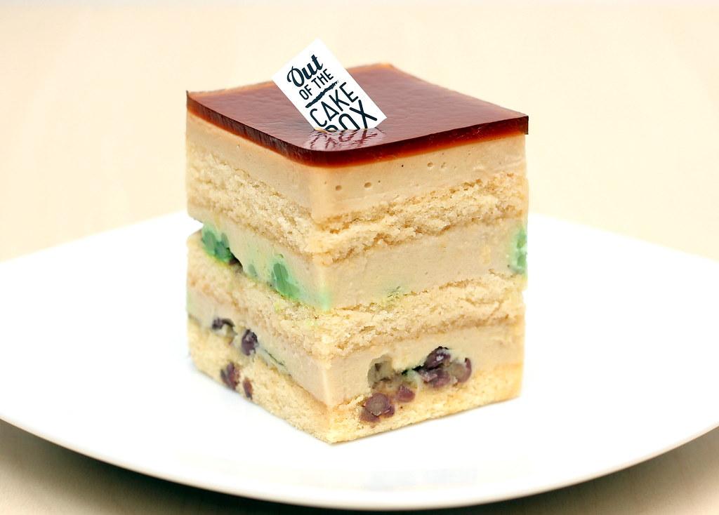 从蛋糕盒里拿出陈多尔软糖