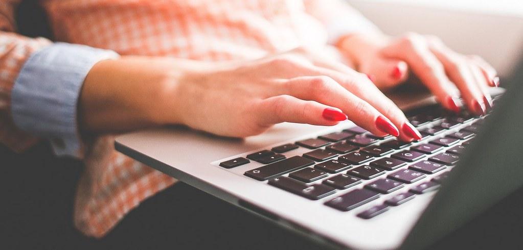 Mulher procurando emprego pela internet