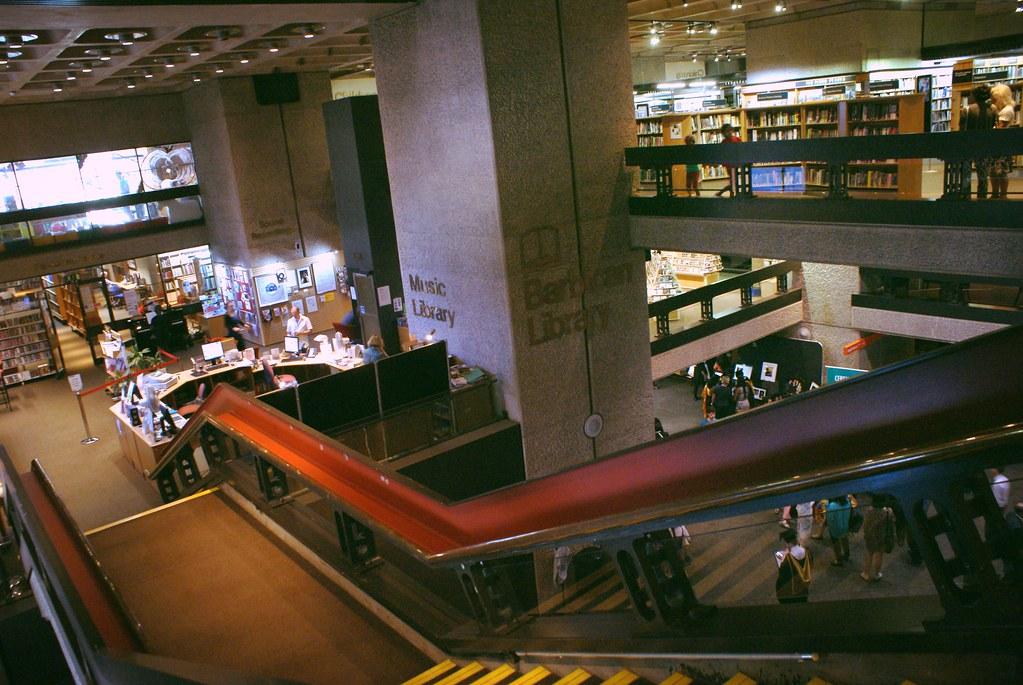 Barbican library dans la City à Londres.