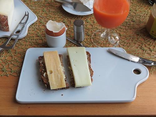 Cantanaar und Schafskäse auf aufgeknusperten Brot
