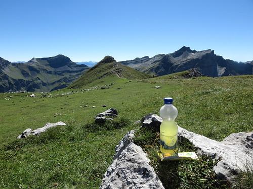 Kraneburger mit Multivitamintablette und Buttermilch-Zitrone-Müsliriegel bei Rast auf dem Augstenberg (Liechtenstein)